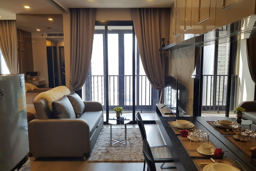 Ashton-Asoke-1b1b-rent-mid-high-floor-living-room