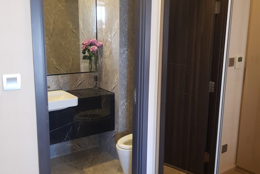 Ashton-Asoke-1b1b-rent-mid-high-floor-toilet
