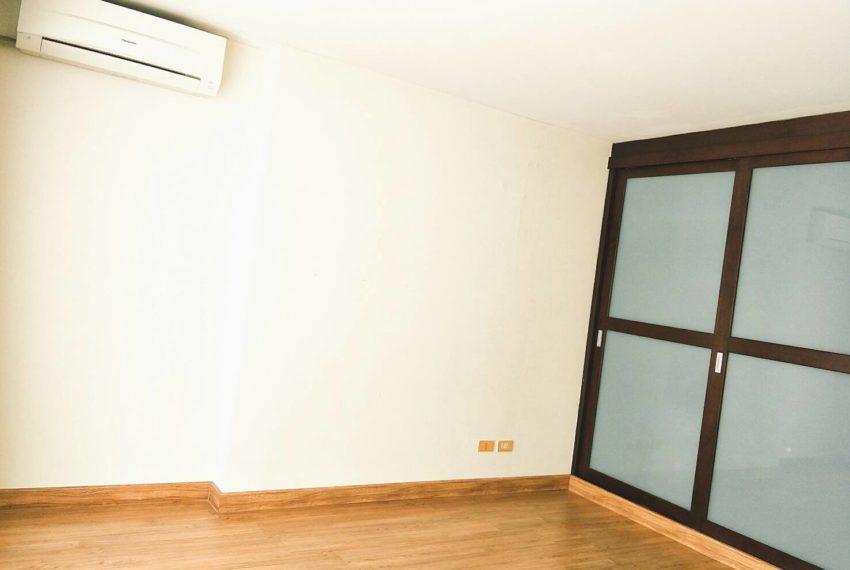 Asoke-Place-2b1b-sale-mid-floor-livingroom-1