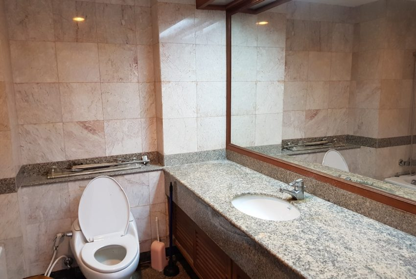 Asoke Place Condominium 3-bedroom for rent - big toilet