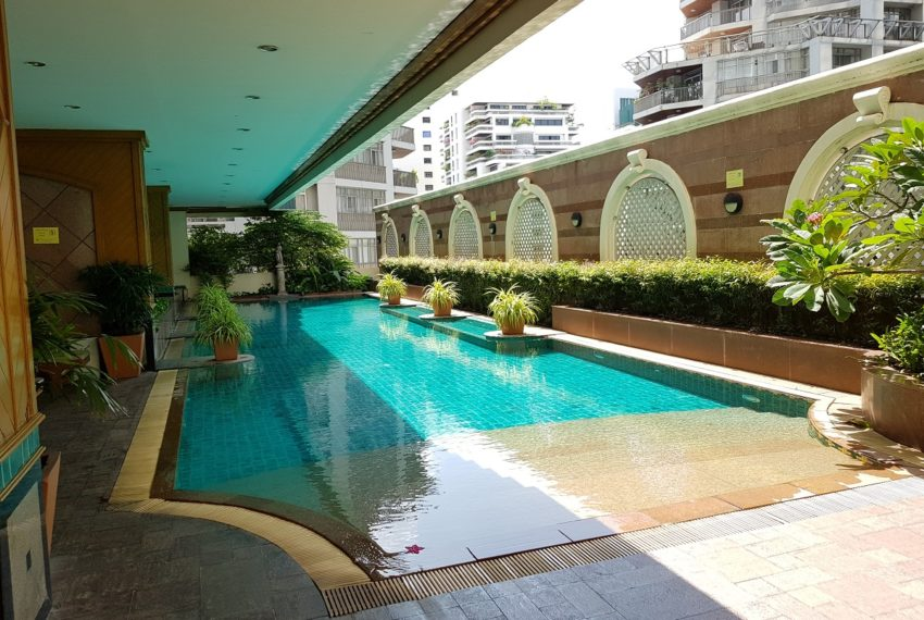 Asoke Place Condominium on Sukhumvit 21 - big swimming pool