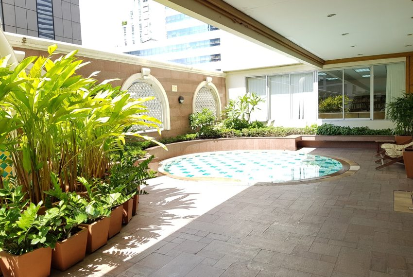 Asoke Place Condominium on Sukhumvit 21 - kids swimming pool