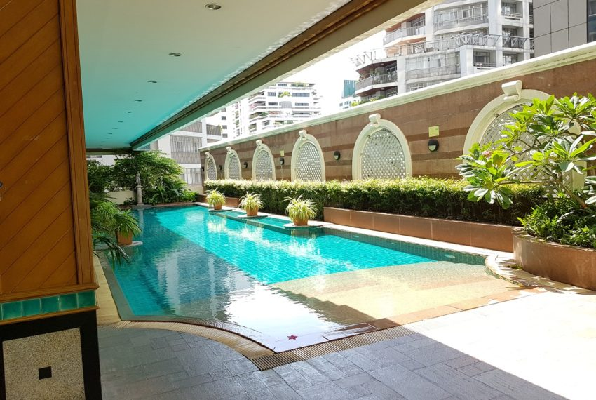 Asoke Place Condominium on Sukhumvit 21 - pool and garden