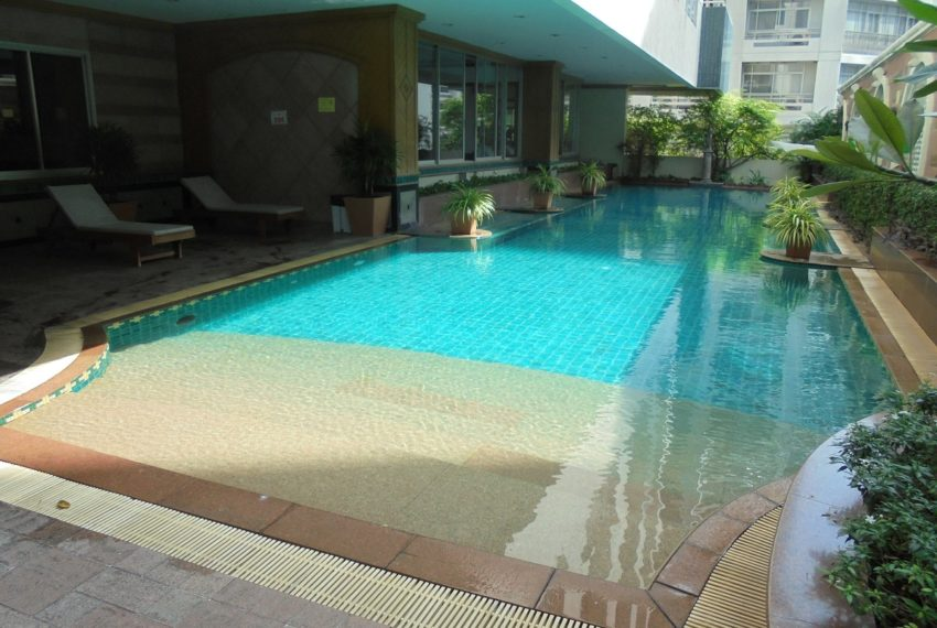 Asoke Place swimming pool 01