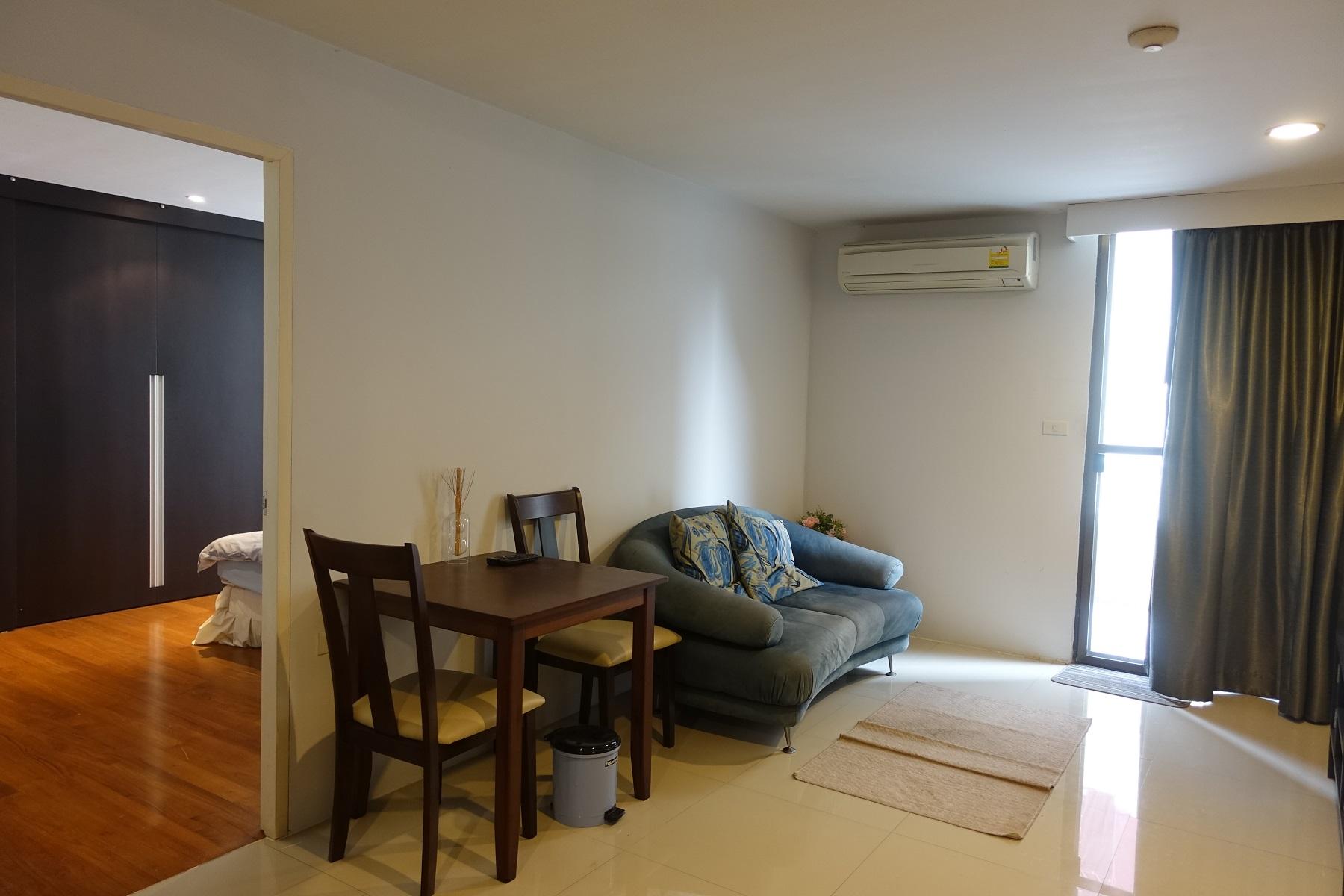 Asoke-Tower-1-bedroom-rent-living-area