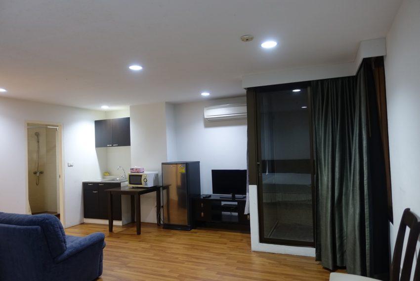 Asoke-Tower-mid-floor-1-bedroom-rent-living-area