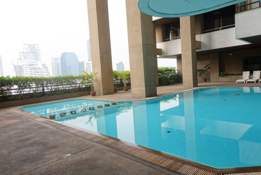 Asoke-Tower-swimming