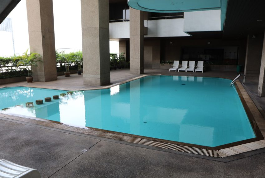 Asoke-Towers-swimming-pool