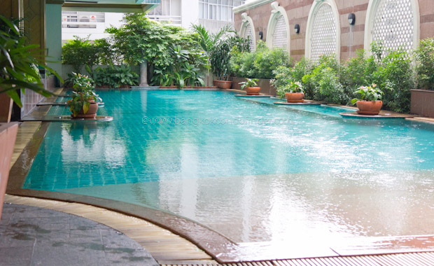 Asoke-place-condo-swimming-pool-01