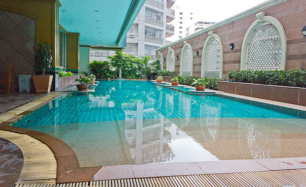 Asoke-place-condo-swimming-pool-02