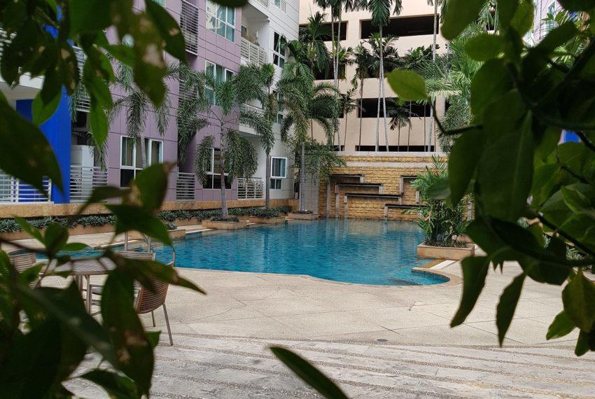 Avenue 61 low rise condominium - green and quiet