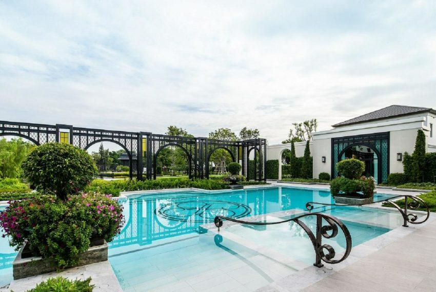 Baan Sansiri Pattanakarn - swimming pool