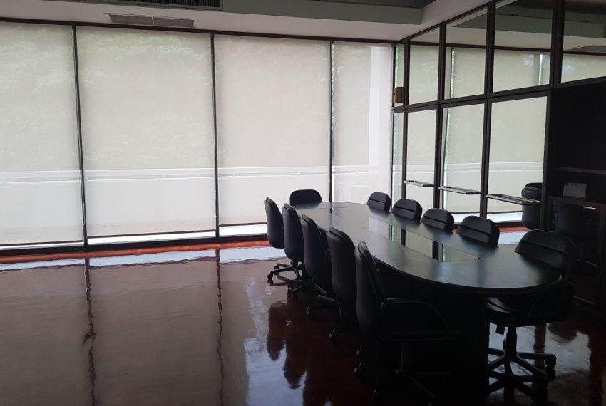 Baan Suanpetch condo in Sukhumvit 39 - meeting room