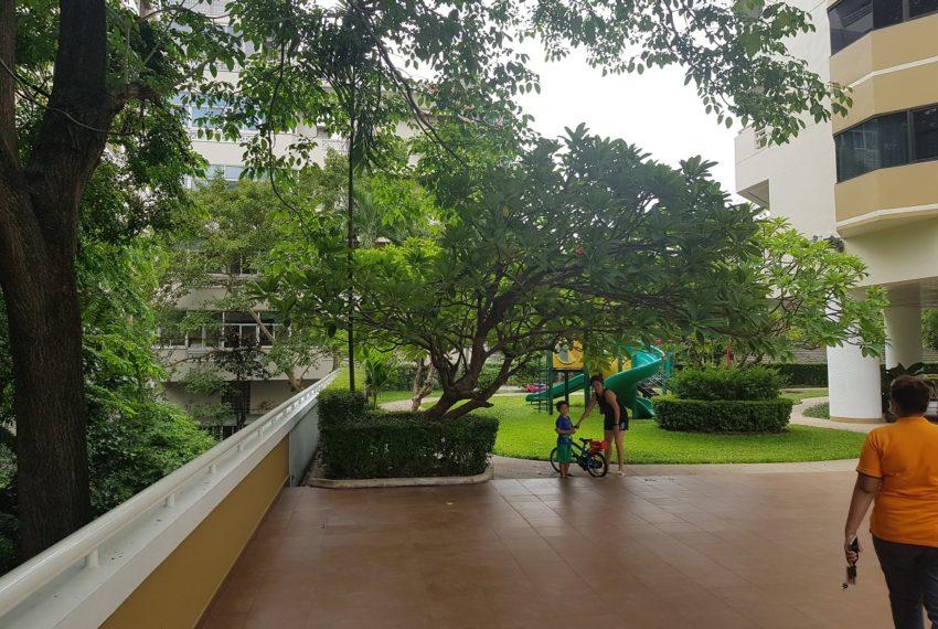 Baan Suanpetch condo in Sukhumvit 39 - playground
