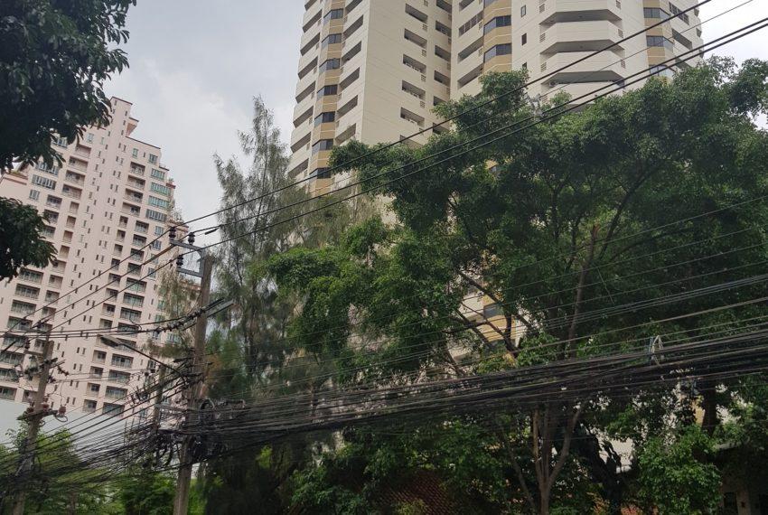 Baan Suanpetch condo in Sukhumvit 39 - street view