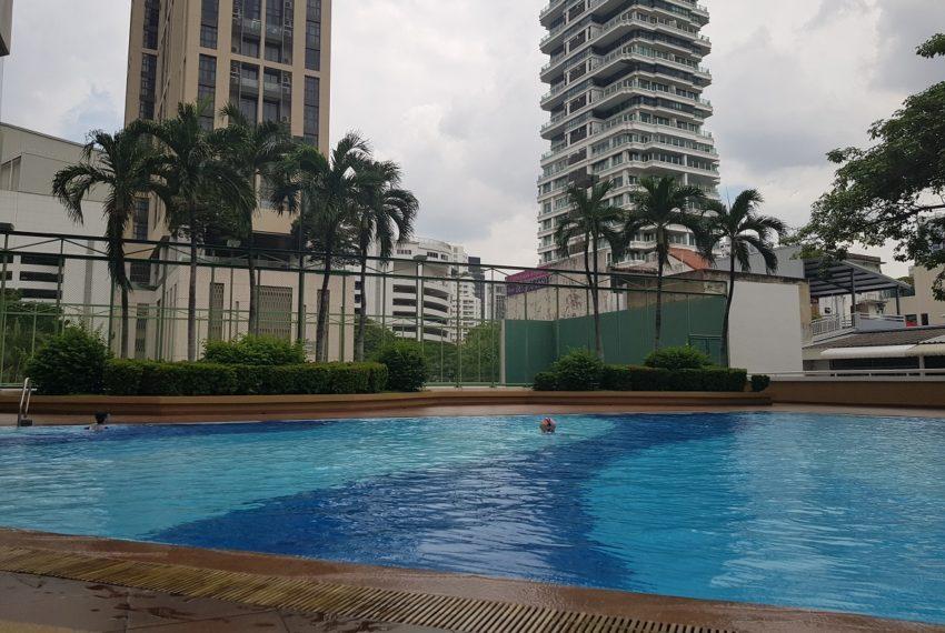 Baan Suanpetch condo in Sukhumvit 39 - swimming pool
