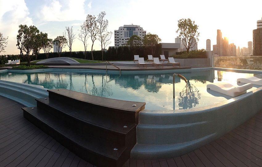Ceil by Sansiri condo in Ekkamai 12 - swimming pool