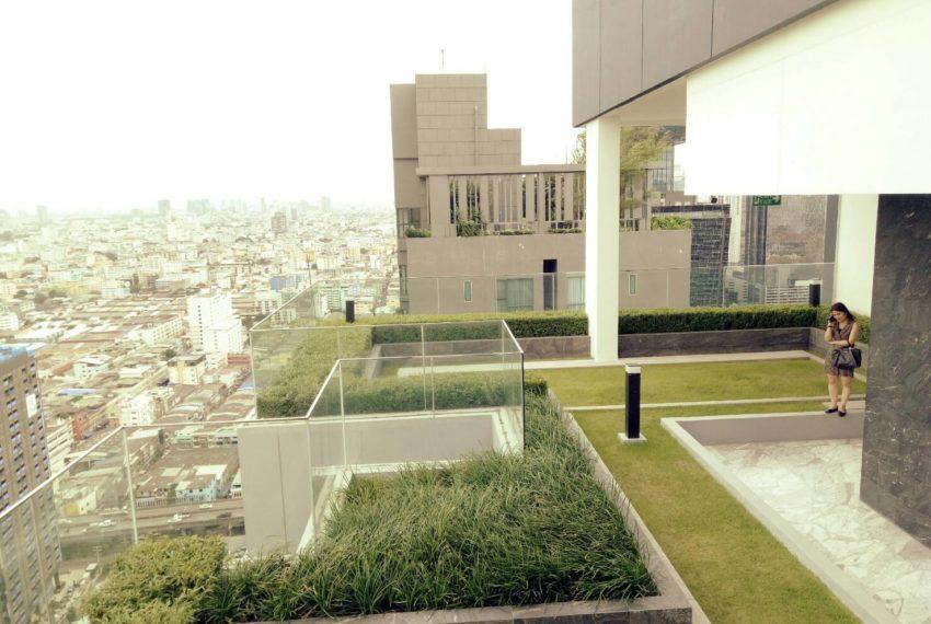 Chewathai-Residence-Asoke-GardenFloor