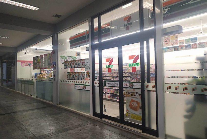 Circle Condominium Phetburi - convenient store