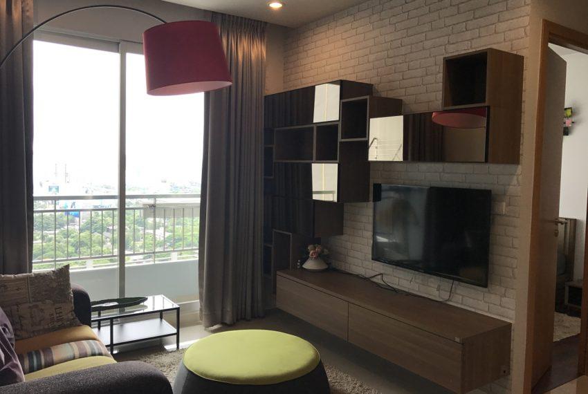 Circle Phetchaburi 1-bdroom for rent - balcony in living room