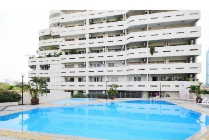 Crystal Garden condo Sukhumvit 4 - pool area