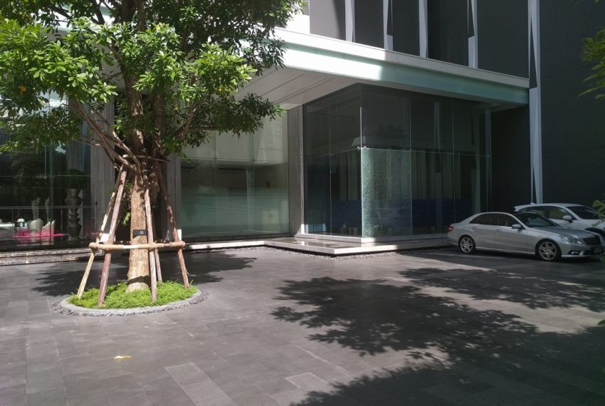 Edge Sukhumvit 23 building entrance from soi 23
