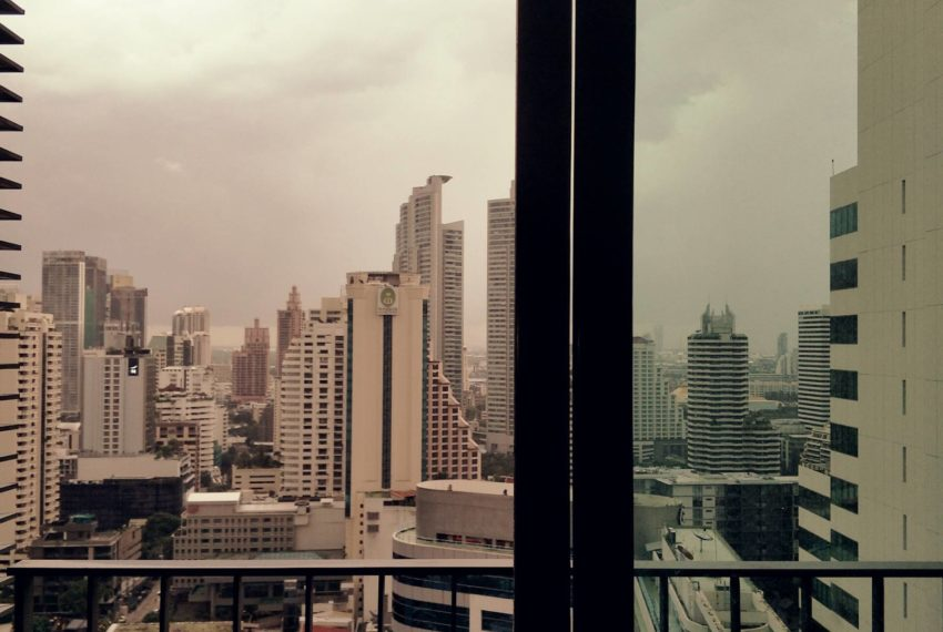 Edge Sukhumvit 23 - high floor rent and sale - balcony view