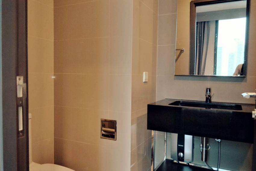 Edge Sukhumvit 23 - high floor rent and sale - toilet