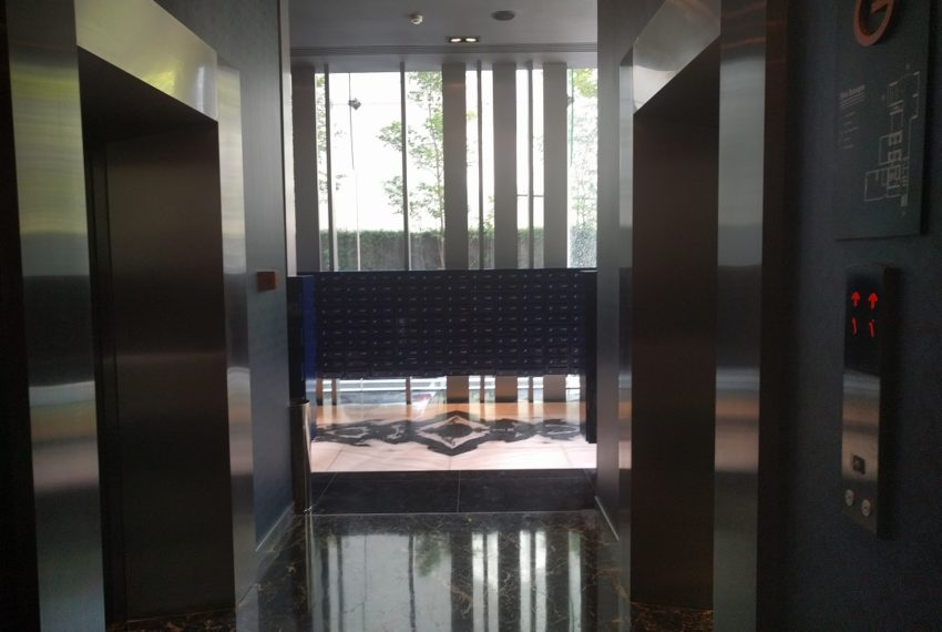 Edge Sukhumvit 23 modern elevator with key card control 01