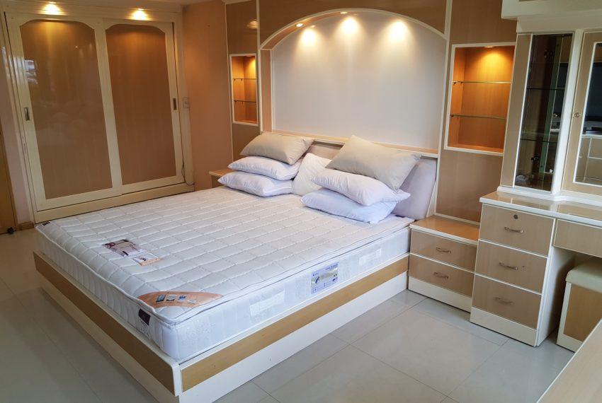 Empire House. Ekamai 12. 3 Beedroom. 4 Bathroom 3rd bedroom door view