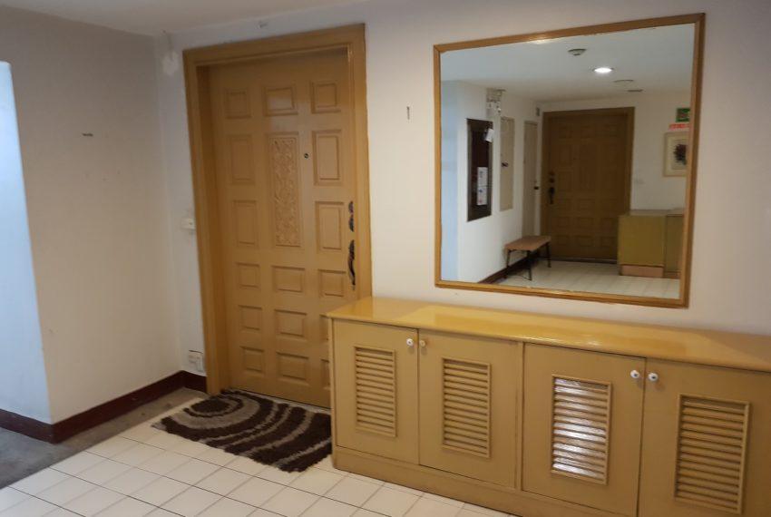 Empire House. Ekamai 12. 3 Beedroom. 4 Bathroom Entrance