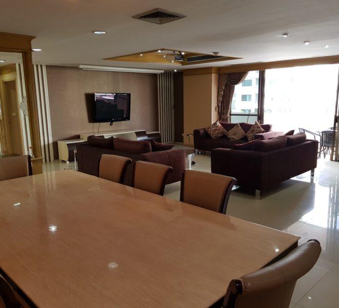 Empire House. Ekamai 12. 3 Beedroom. 4 Bathroom Livint room Dining Table and Balcony