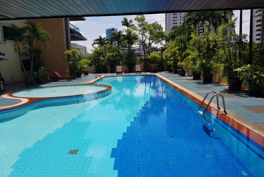 GP Grande Tower Sukhumvit 23 swimming pool 01