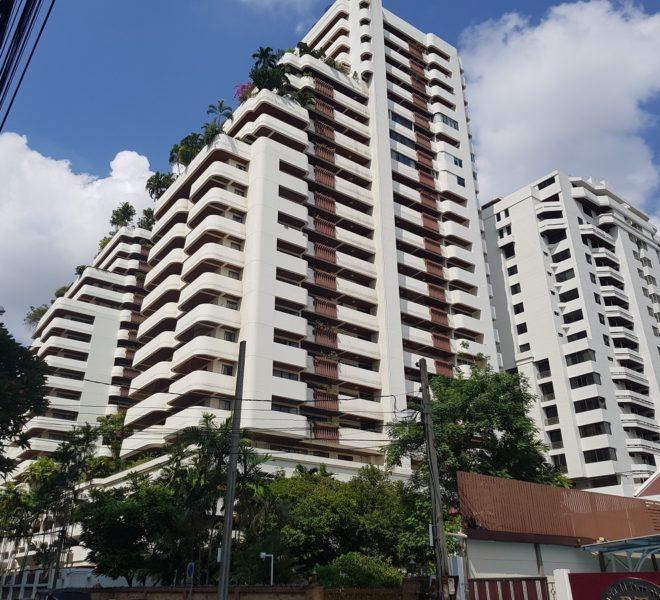 Hawaii Tower apartment at SUkhumvit 23 - building