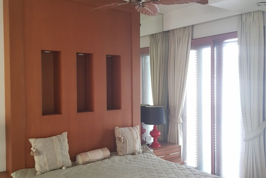 House 800 sqm in the middle of PhromPhong - bedroom high ceilings