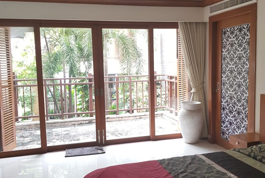 House 800 sqm in the middle of PhromPhong - bedroom poolside balcony