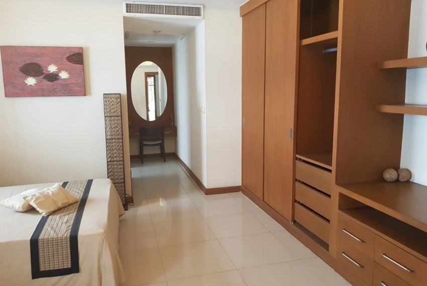 House 800 sqm in the middle of PhromPhong - builtin closets