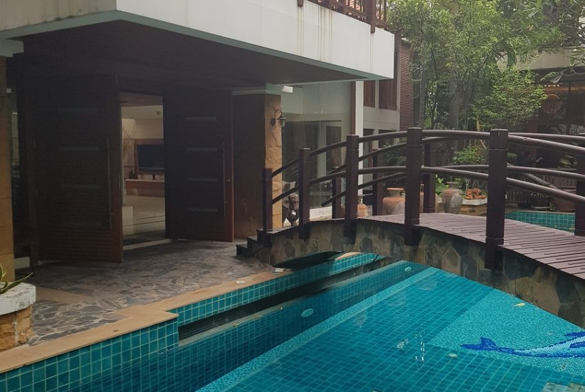 House 800 sqm in the middle of PhromPhong - entrance
