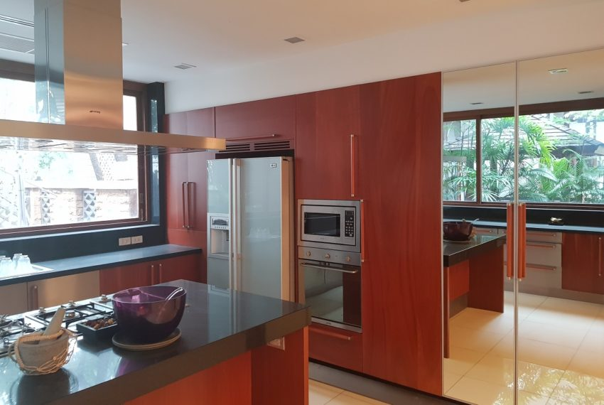House 800 sqm in the middle of PhromPhong - equipped kitchen