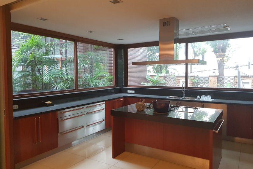 House 800 sqm in the middle of PhromPhong - kitchen