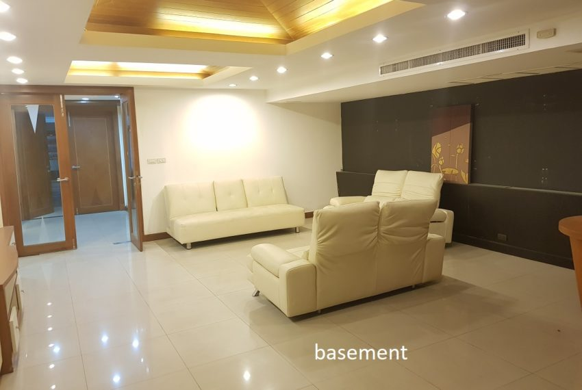 House 800 sqm in the middle of PhromPhong - large basement