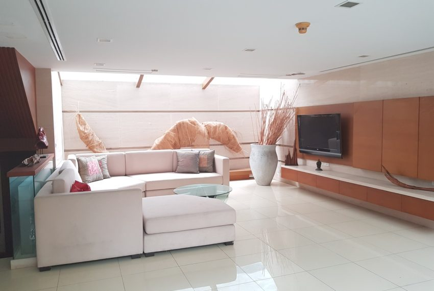House 800 sqm in the middle of PhromPhong - living room
