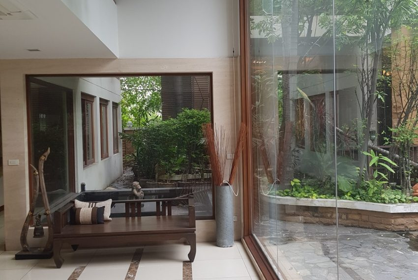 House 800 sqm in the middle of PhromPhong - patio