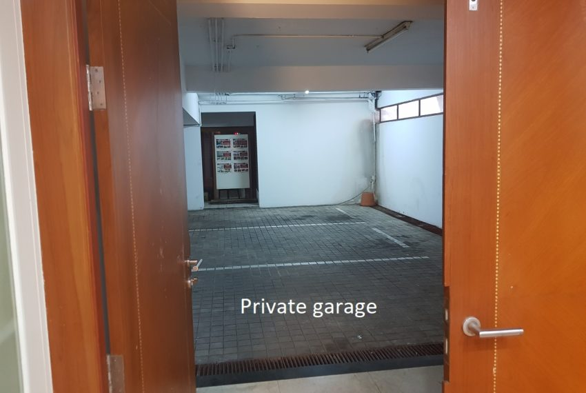 House 800 sqm in the middle of PhromPhong - private garage