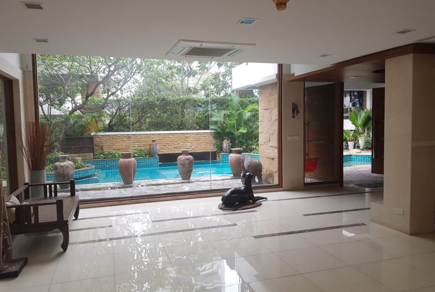 House 800 sqm in the middle of PhromPhong - swimming pool