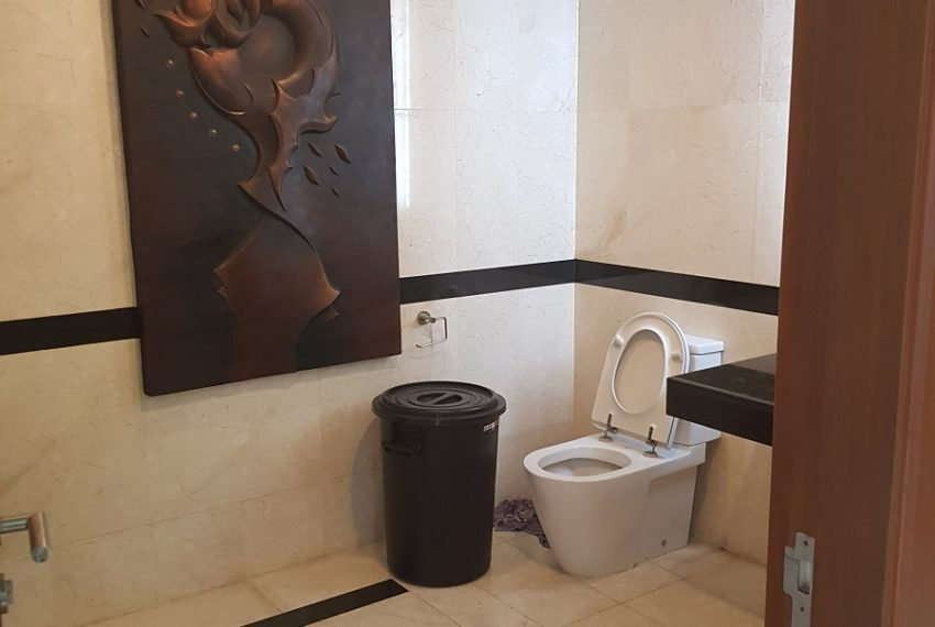 House 800 sqm in the middle of PhromPhong - toilet