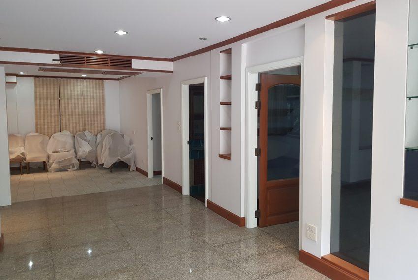 House in Sukhumvit 14 for rent - entrance