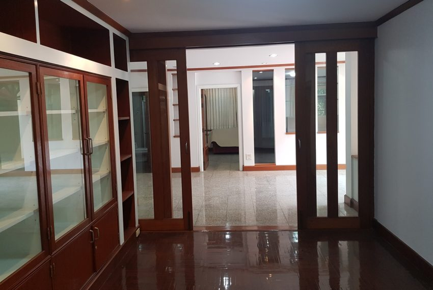 House in Sukhumvit 14 for rent - living area