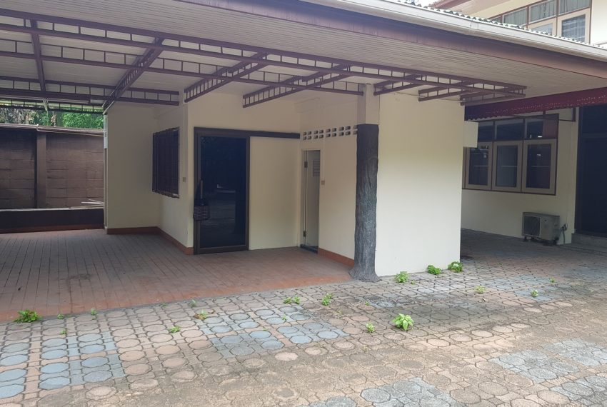 House in Sukhumvit 14 for rent - maids quarter outdoor