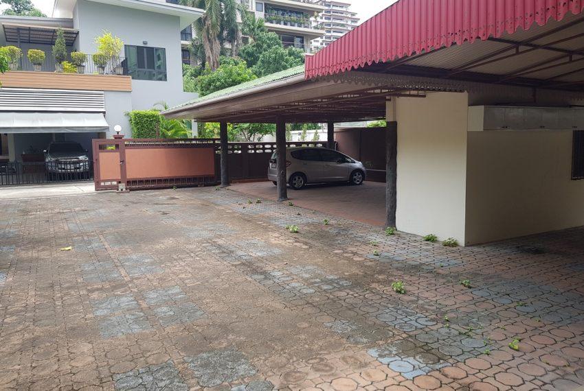House in Sukhumvit 14 for rent - parking